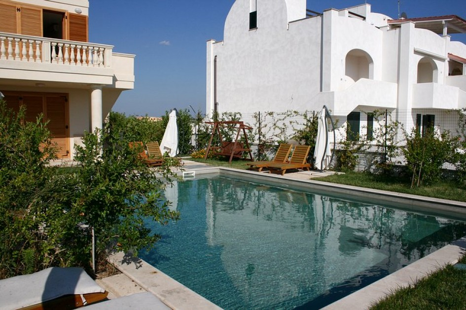Sea view apartment with pool for rent in salento puglia italy sis property and tourism for Houses to rent with swimming pool uk